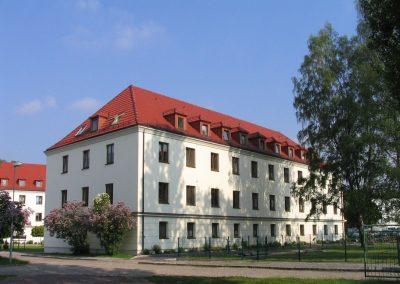 Ein weißes Haus unter blauem Himmel