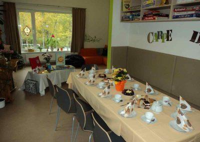 Ein Tisch mit Geschirr und Kuchen darauf