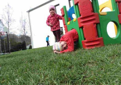 Zwei Kinder spielen auf einer Wiese