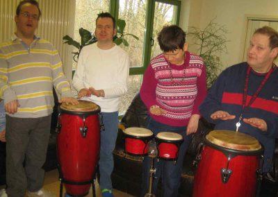 Mehrere Personen musizieren mit Trommeln