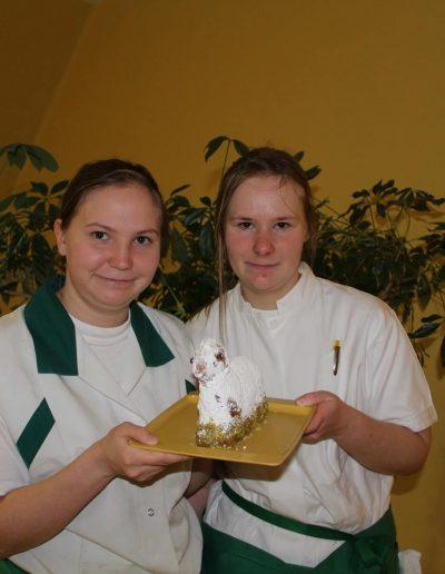 Zwei junge Frauen präsentieren ein Schaf aus Gebäck