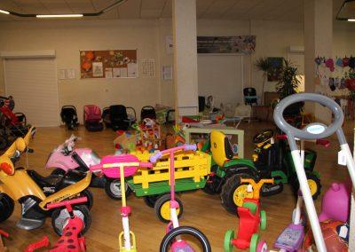 Kinderspielzeug und Kinderwagen.