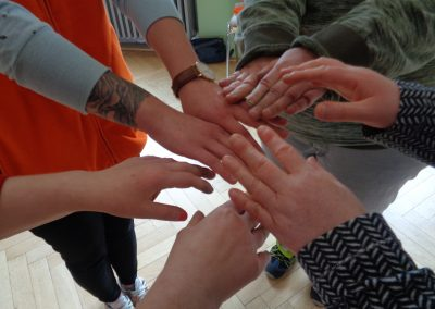 Mehrere Personen legen ihre Hände aufeinander.